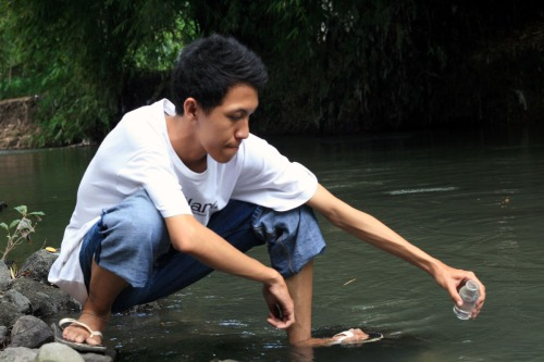 Afif from microbiology UGM taking water sample for Coliform test